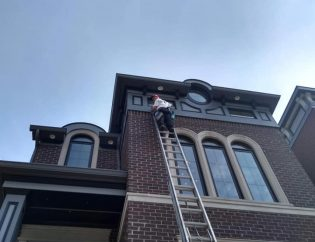 Using a 40ft ladder to wash high commercial windows